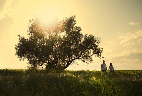 Zakochana para przy drzewie