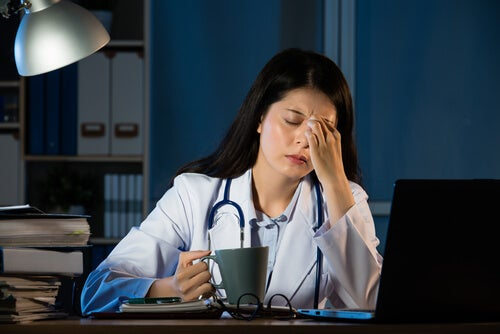 Zmęczona kobieta podczas pracy na nocne zmiany