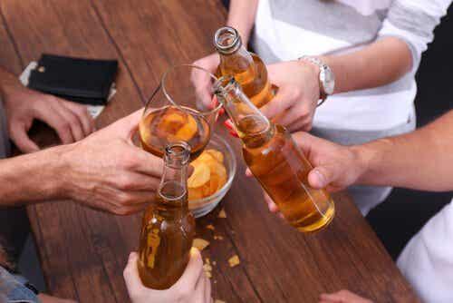 Alkoholizm a zwyczaj – cienka granica, która je dzieli