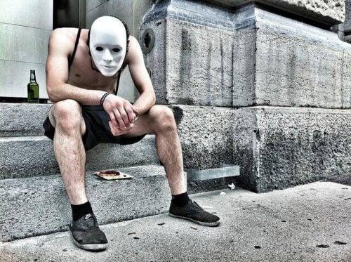 Alkoholizm mężczyzna w masce