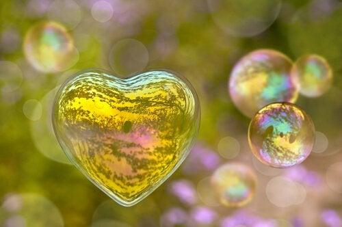Bańki mydlane w kształcie serca.