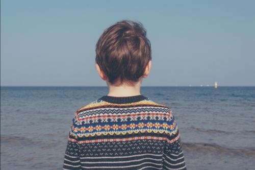 Smutek - chłopiec patrzy na morze
