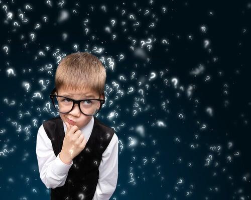 Mądry chłopiec zastanawia się nad pytaniami.