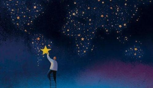 Człowiek zdejmuje gwiazdę z nieba