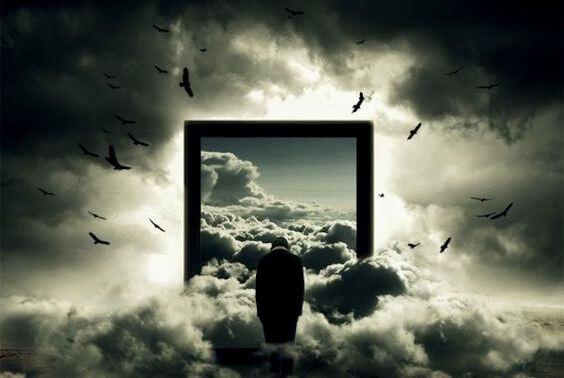 Drzwi w chmurach i czarne ptaki.