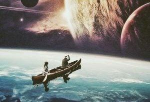 Dwoje ludzi na łódce.