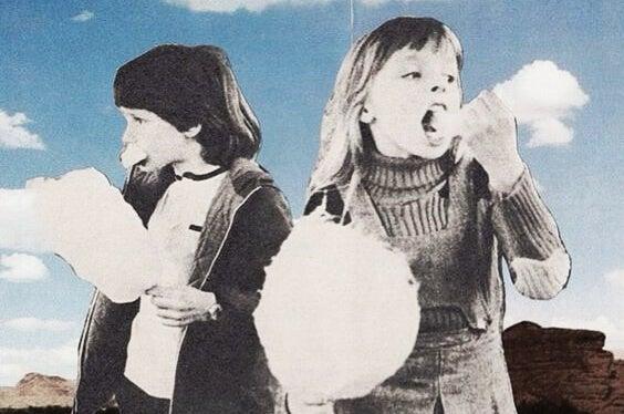 Dzieci jedzące watę cukrową.