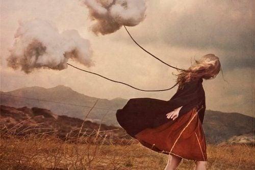 Dziewczyna ciągnąca chmury