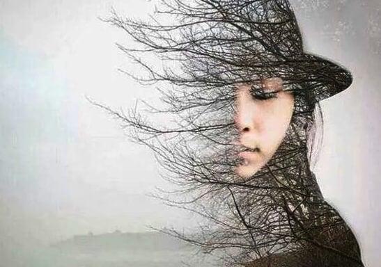 Kobieta i drzewo.