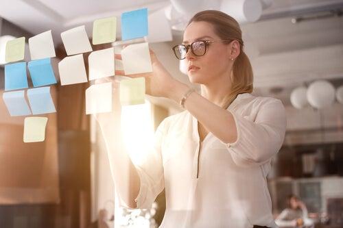 Kobieta i karteczki przypominające o zadaniach.