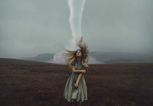 Samosabotaż - Dziewczyna w polu obok tornado