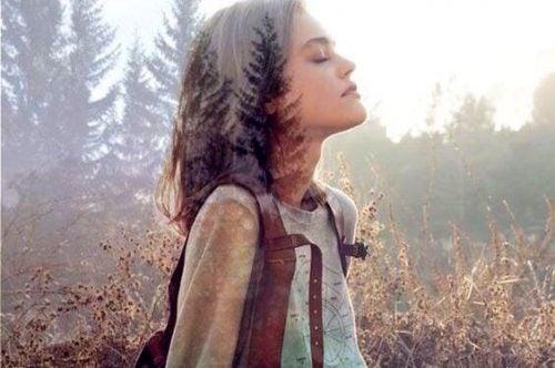 Dziewczyna na łonie natury