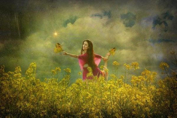 Dziewczyna na łące pełnej kwiatów.