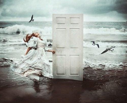 Dziewczyna na plaży stoi przy drzwiach