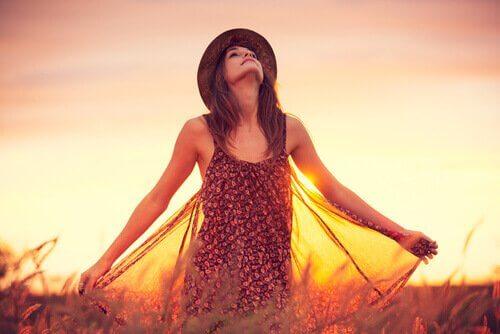 Dziewczyna na polu.