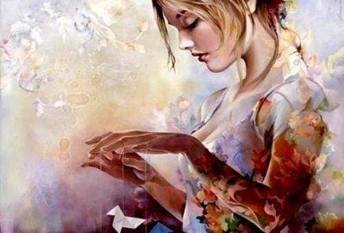 Dziewczyna z papierowym ptakiem na sznurkach