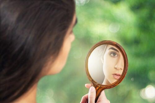 Dziewczyna patrzy w lusterko - autentyczność