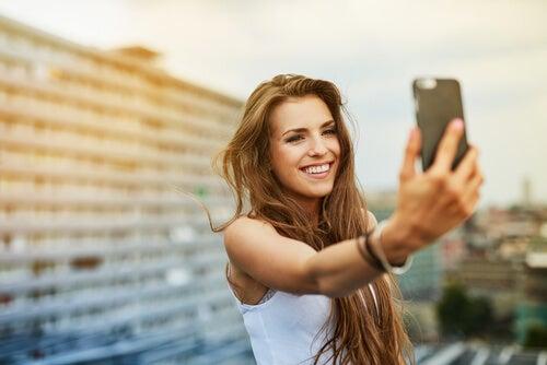 Dziewczyna robi sobie selfie