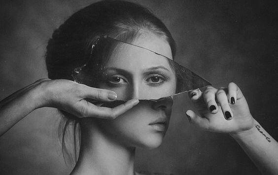 Kobieta i kawałek szkła.