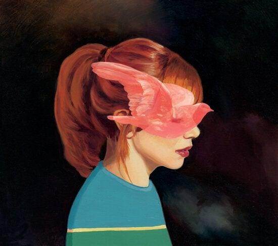 Dziewczynka z różowym ptakiem na twarzy.