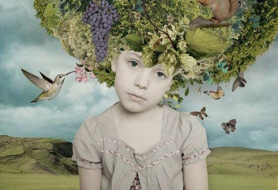 Dziewczynka z owocami na głowie.