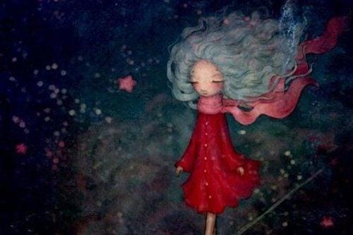 Dziewczynka w czerwonym płaszczu spaceruje nocą