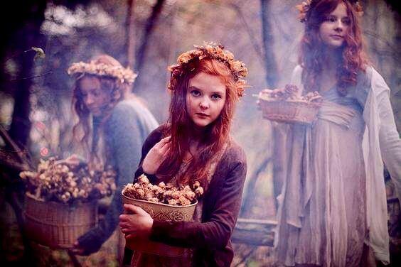 Dziewczyna z koszyczkiem z kwiatkami.