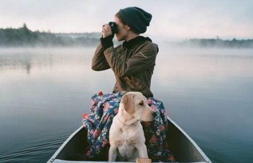 Wyłączenie się - fotograf na łodzi z psem u kolan