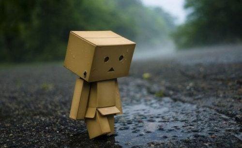 Smutny kartonowy człowiek