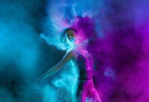 Tańcząca kobieta we mgle