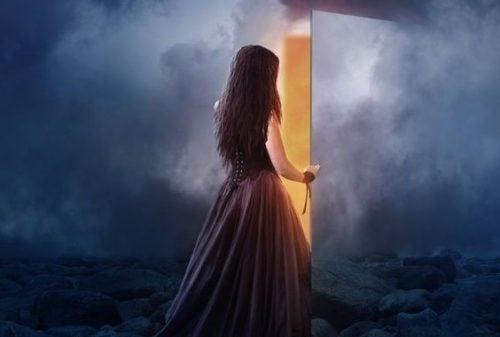 Kobieta otwiera drzwi