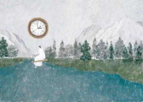 Kobieta huśta się na olbrzymim zegarku
