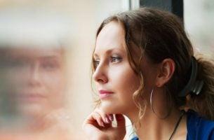Dojrzała dusza - kobieta patrzy przez okno