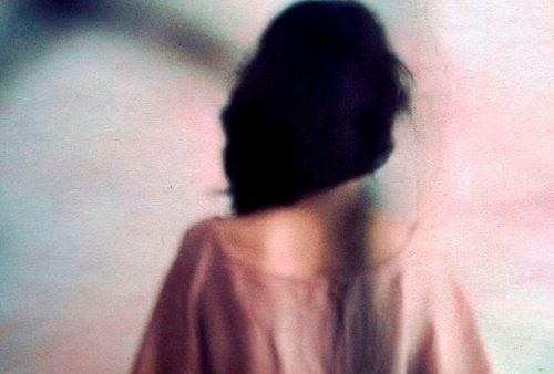 Kobieta odwrócona plecami