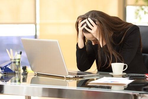 Stres - zestresowana kobieta przed laptopem