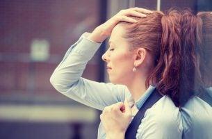 Kobieta przeżywa stres w pracy