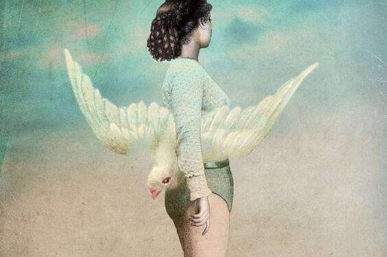 Kobieta trzyma ptaka.