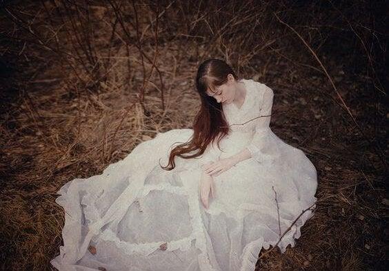 Kobieta w białej sukni.