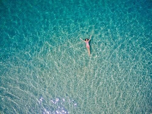 Kobieta pływa w morzu.