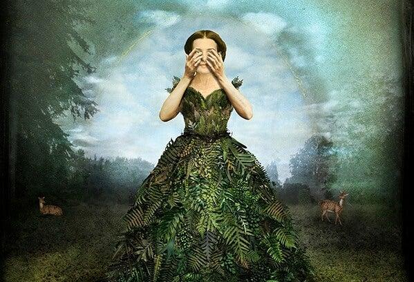 Kobieta w sukni z liści paproci.