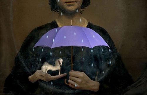 Nie zawsze dbamy o to, co posiadamy. Kobieta chroni konika pod parasolem.