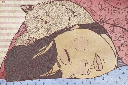 Kobieta śpi z kotem na twarzy