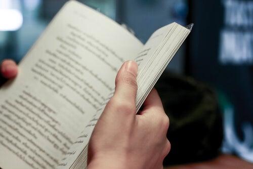 Książka w rękach