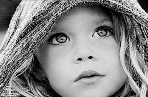 Dziewczynka i jej pełne ekspresji oczy.