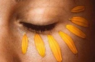Uczucie niepokoju. Oko i płatki słonecznika, które je zmniejszą.