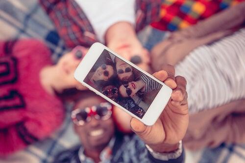 Przyjaciele robią sobie selfie