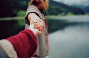 Rozłączające się dłonie - koniec prawdziwej miłości