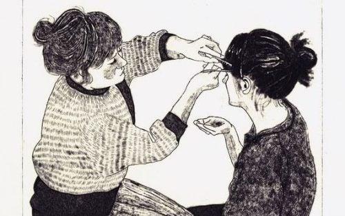 Siostry czeszą włosy