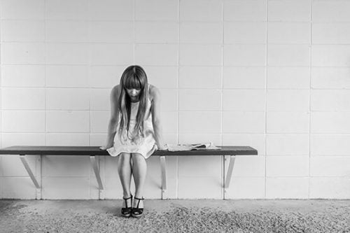 Smutna dziewczyna na ławce
