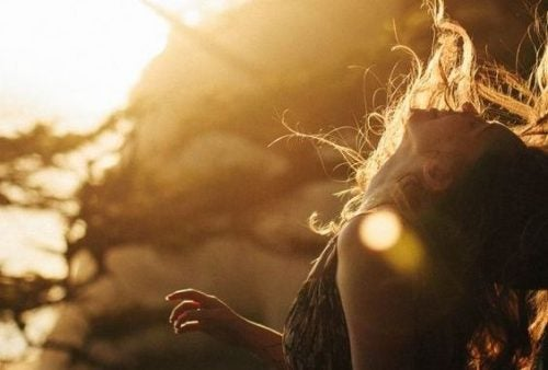 Szczęśliwa kobieta z włosami rozwianymi na wietrze
